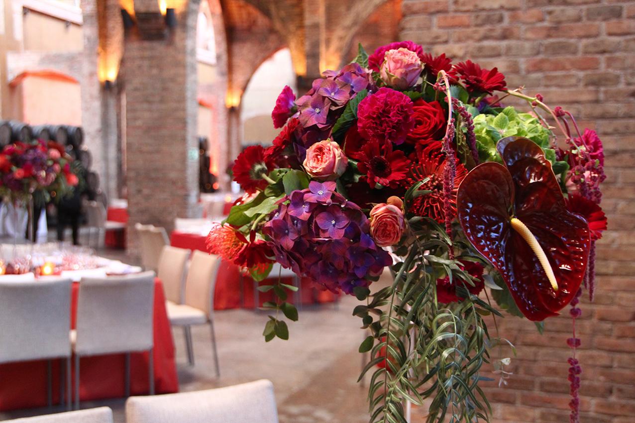 Flores para un evento en una bodega