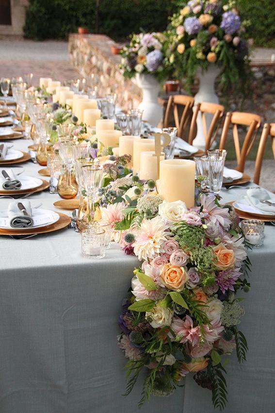 Flores en tonalidades lavanda y nude en boda